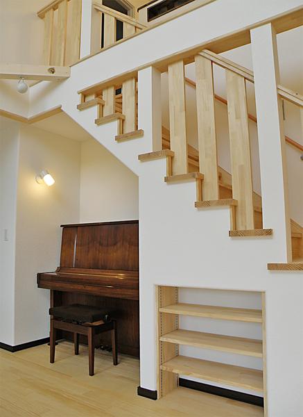 階段下にピアノを設置
