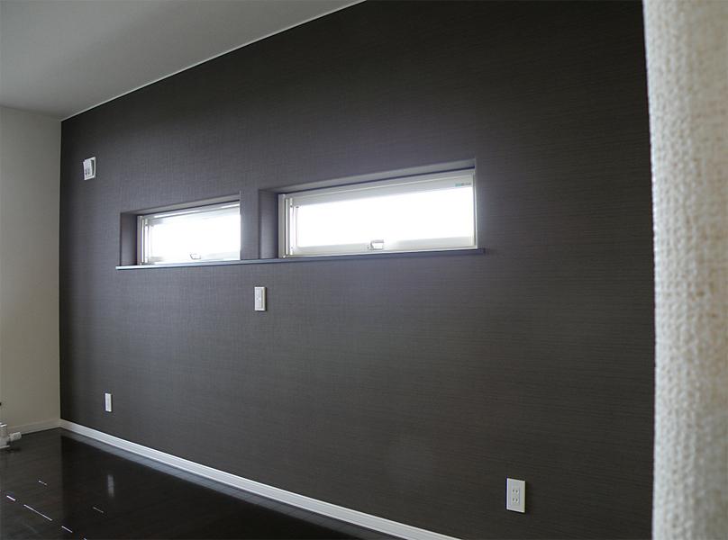黒い壁がシックな洋室