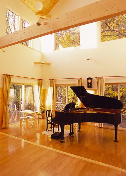 吹き抜けのホールにグランドピアノ