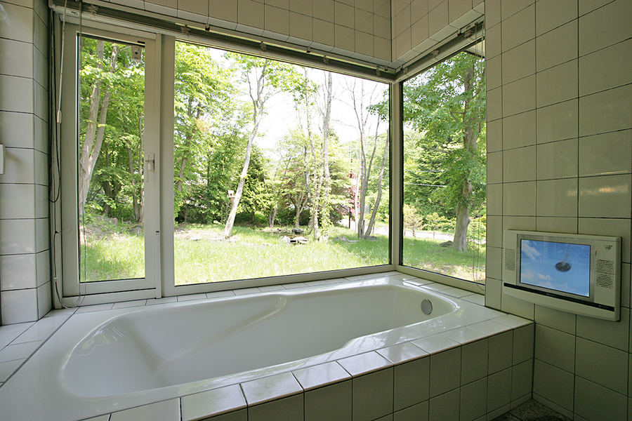 バスルームから庭を眺めることができます。