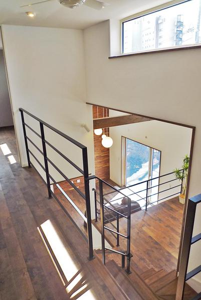スチール手すりが印象的な吹き抜け階段