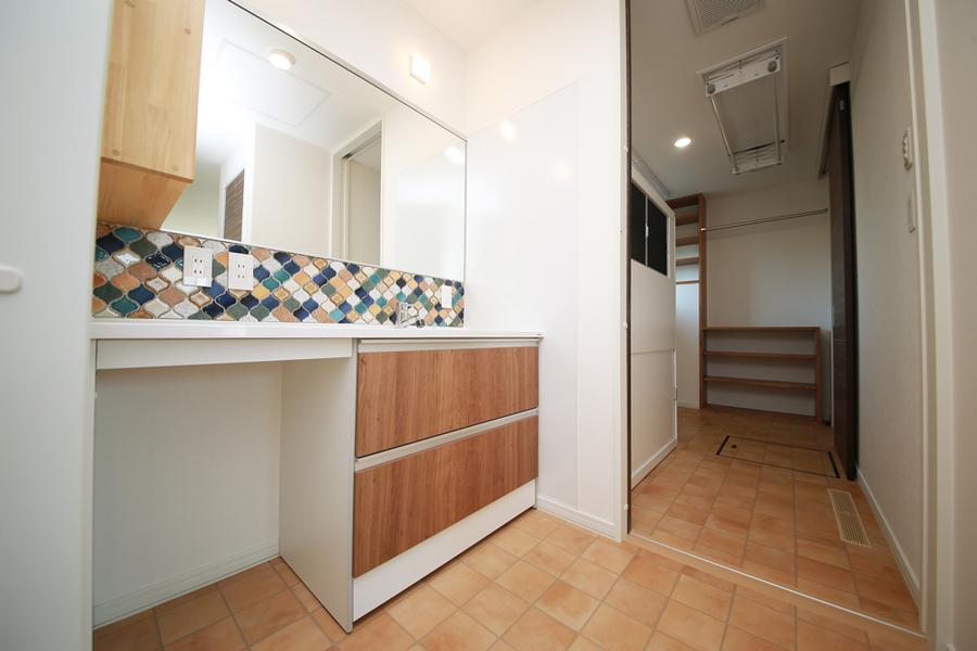 カラフルなタイルが映える洗面化粧台
