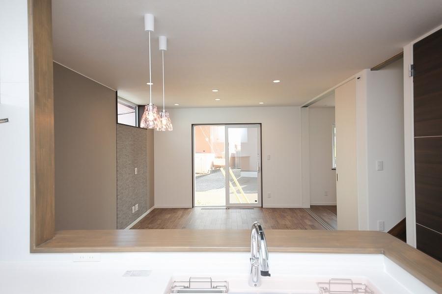キッチンから見渡すリビングルーム