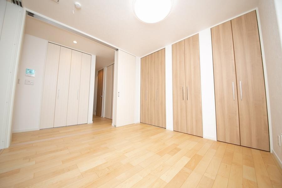1F洋室とホールは収納スペースを多めに用意