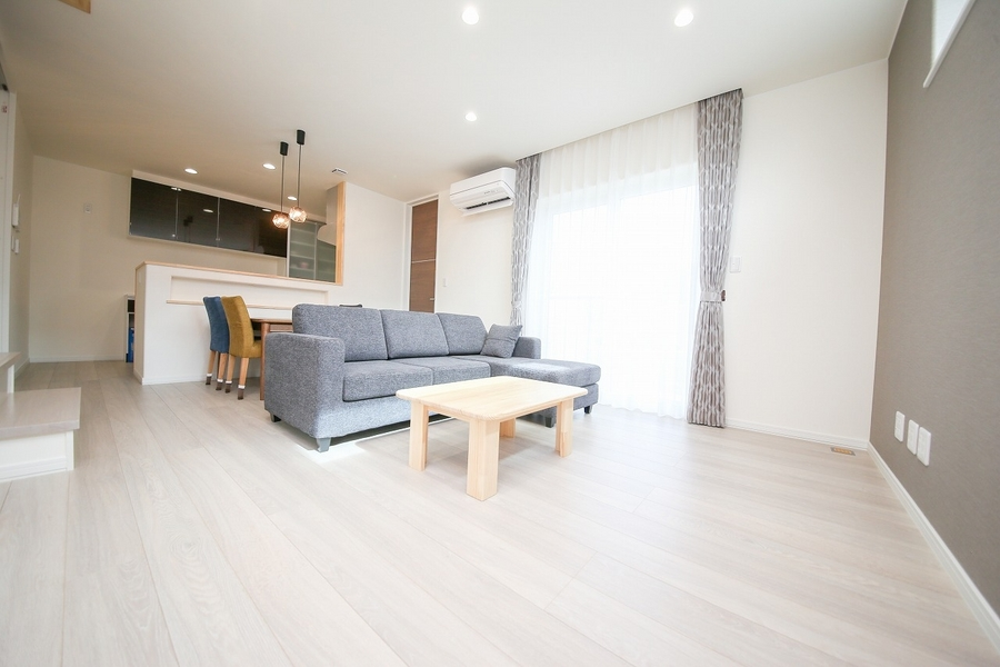 家具やカーテンもトータルコーディネートしたリビング空間