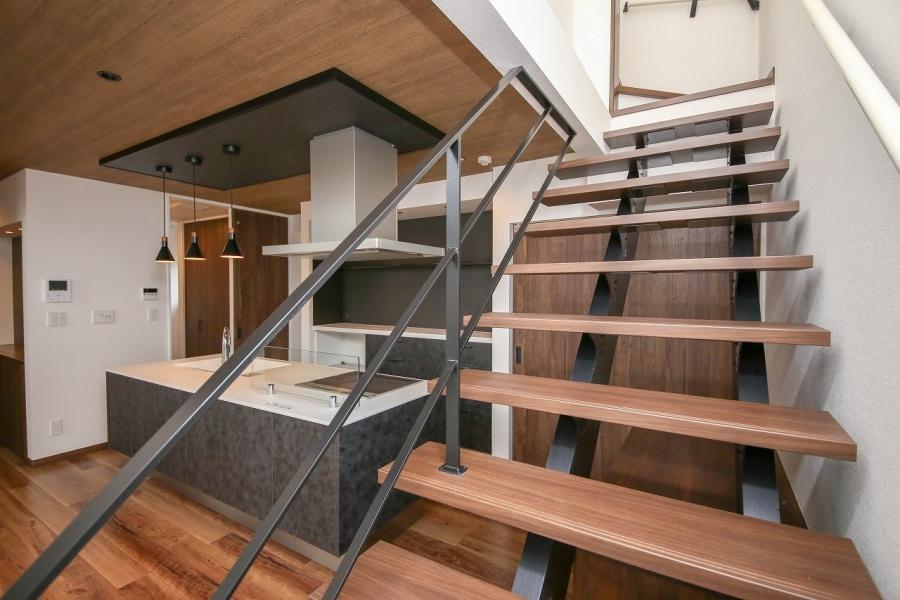ストリップ階段がワンランク上の空間をつくりあげる