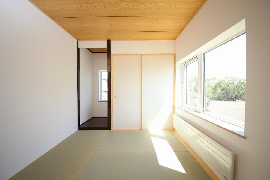 ふすまを開けると明るい和室が