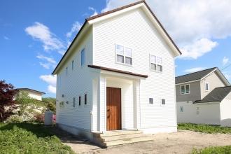 三角屋根と無垢の家