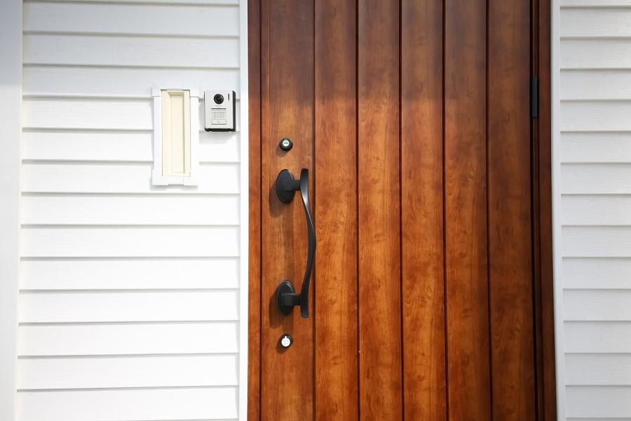 木目調の玄関ドアがアクセントに