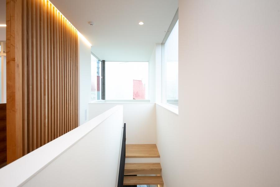 2階リビングへと続く階段スペース