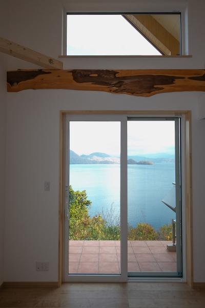 リビング窓から洞爺湖の四季を眺める