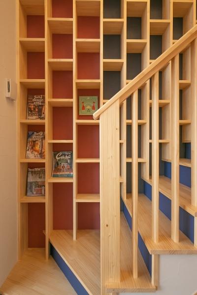 階段スペースには壁一面の本棚が