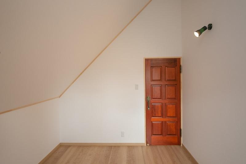 古民家の建具を再活用した洋室