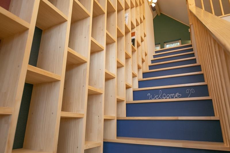 階段の蹴込板にはチョークペイントを塗装