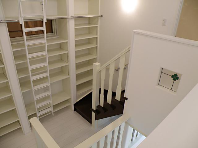 階段の踊り場も収納として使用